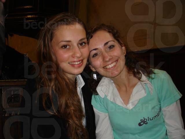 Mária Čírová a Mary - naše hviezdy Mária Čírová a Mária Králiková vždy usmiate. Mary má na sebe originálne tričko