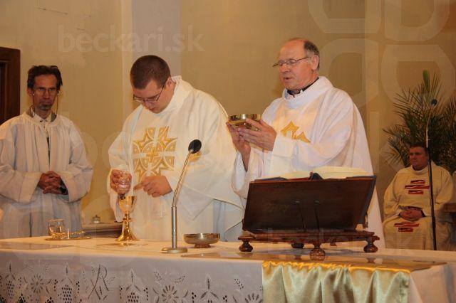 Príprava obetných darov - p. Farár Herényi a kaplán Andrej