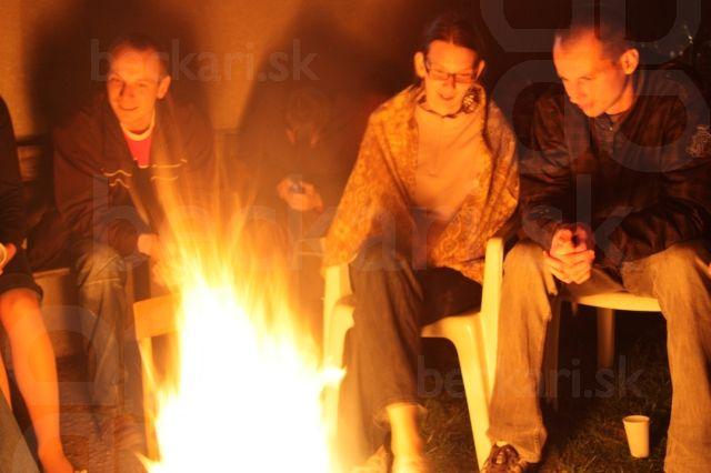 Za ohníkom - pozerali sme na seba cez ohnivé plamene