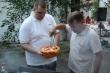 Hlavní šéfkuchári - O girlované špecialitky sa postaral kaplán Andrej spolu s Rajom.