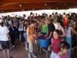 Obed v Taizé - Obed rozdáva skupina mladých dobrovoľníkov