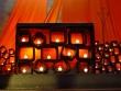 Oltár v Taize - Sviečkami osvetlený oltár v chráme v Taize