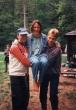 Oslava starých béčkarov 96 - stala sa mi menšia nehoda :) stúpila som  do bažiny, v ktorej mi ostala teniska a tak som si ju musela oprať v potoku. A tak ma Ďuri s Miškom preniesli na lavičku