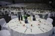 Prestreté stoly na plese - Pripravené stoly, nealko, víno, koláčik, ples môže začať