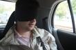 Andrej so šatkou v aute, vôbec netuší, čo sa na neho chystá