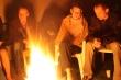 Za ohníkom - pozerali sme na seba cez ohnivé plamene :)